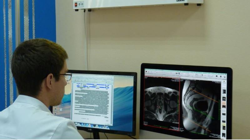 Врач смотри МРТ снимок